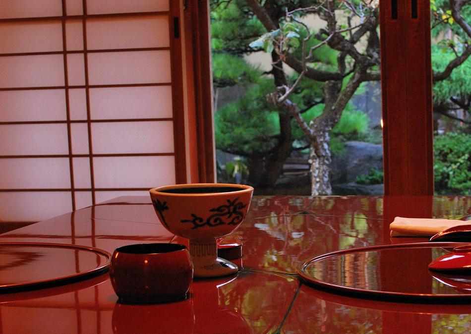 日本の伝統と文化と心を五つの「き」、季・器・木・気・生に託して料理旅館「栴檀」は華やぎと寛ぎであなたをおもてなしいたします。